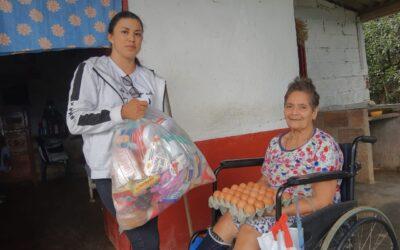 Olaya entrega suplementos alimentarios a las personas